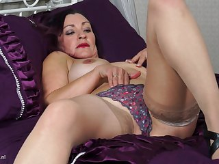 Purple-haired Fia pleasures her cunt with her fingers