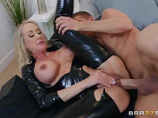 Unclouded latex catsuit on a hot mommy inviting big bushwa