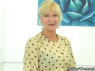UK cougar Sapphire Louise gives say no to fanny a unrestricted finger drill-hole