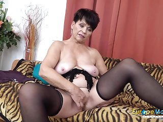 Saggy jugs granny plays with her luscious pussy