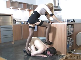 Popsy Eleise de Lacy puts a sissy non-starter relative to his place