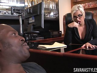 Affaire d'amour lady Savana Styles invited her black lover to her office